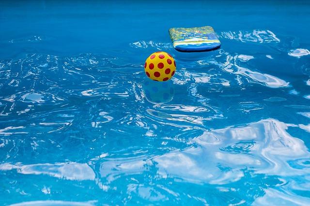 míček v bazénu