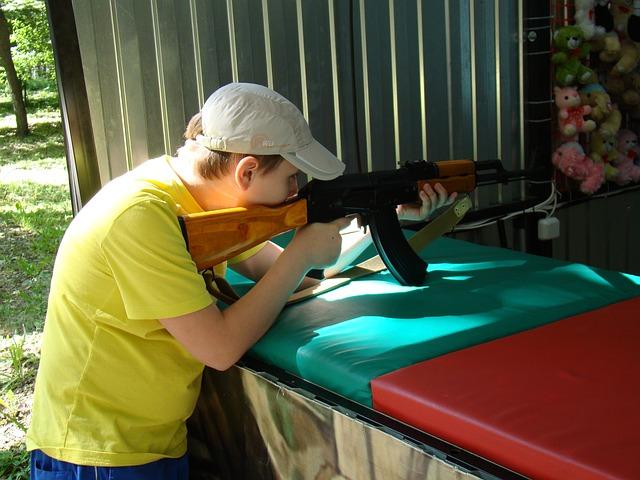 chlapec na střelnici.jpg