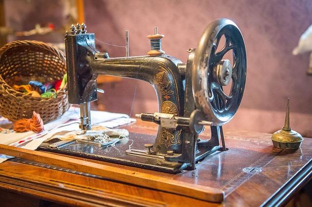 šicí stroj a nitě
