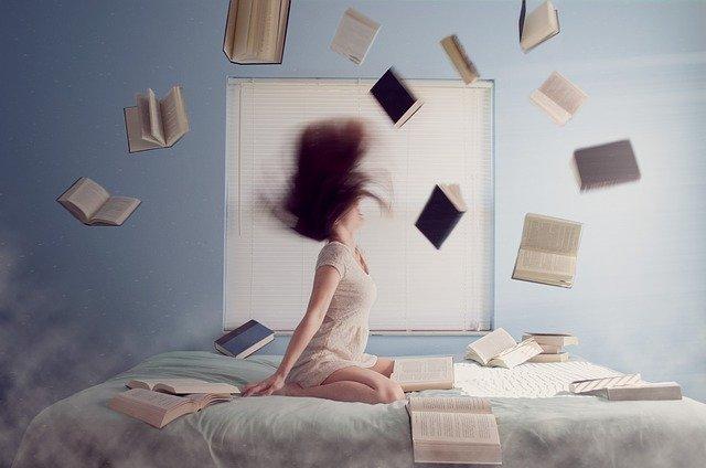 létající knihy nad dívkou