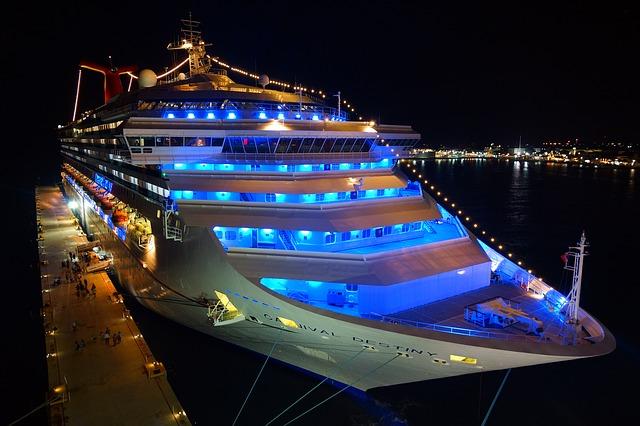 neonové světlo na jachtě