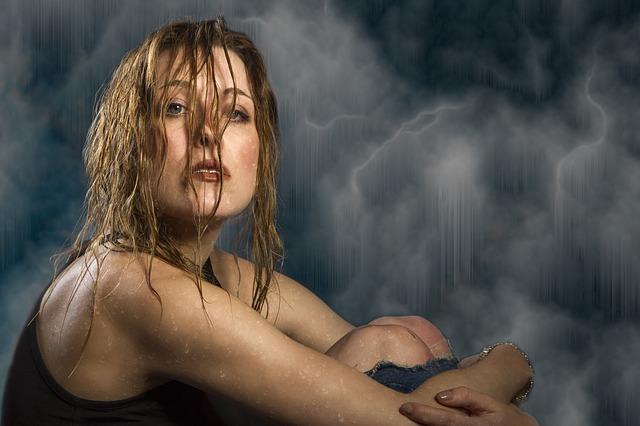 žena v bouřce