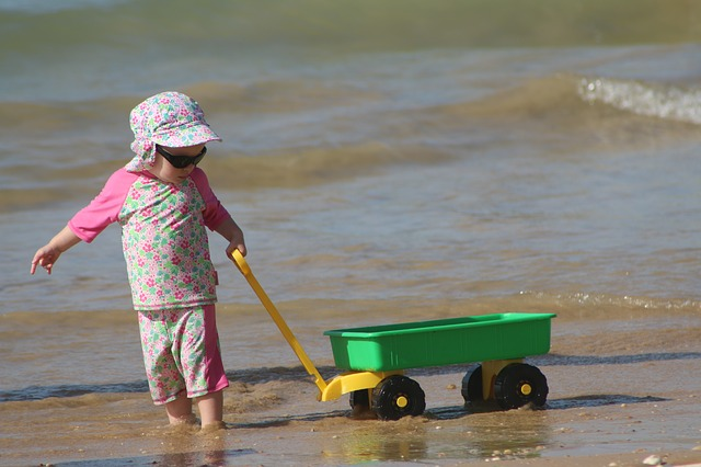 dítě hrající si na pláži